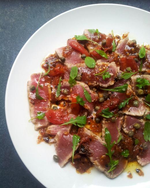简·安妮·霍布斯的低碳水化合物烤金枪鱼配番茄和柑花酱